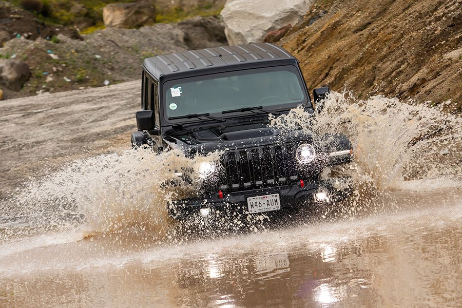 Jeep Wrangler Unlimited vs Mitsubishi Montero Sport