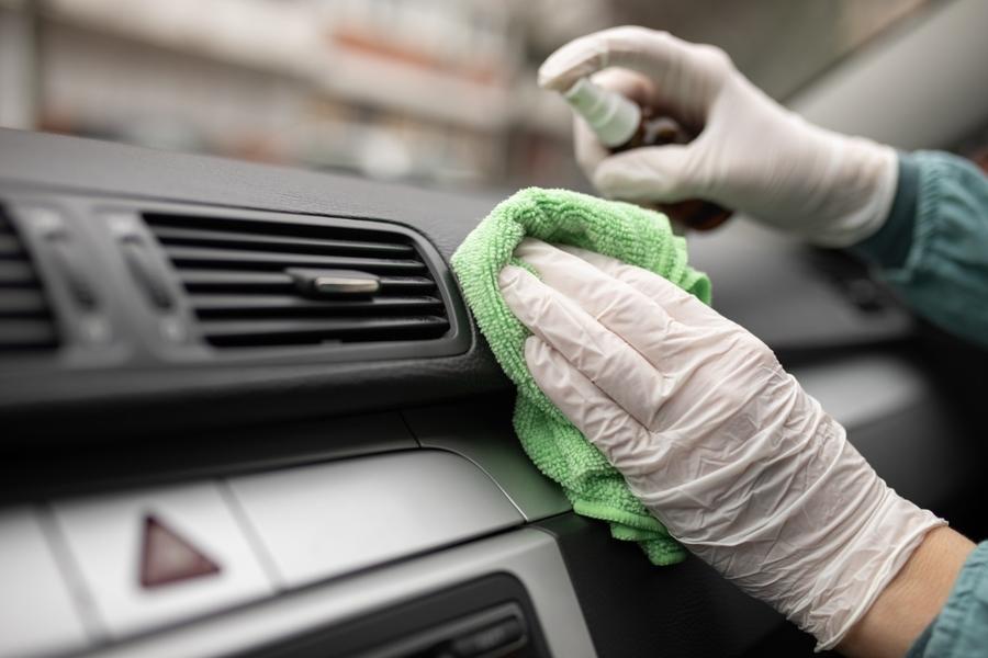 Limpiando el auto de coronavirus
