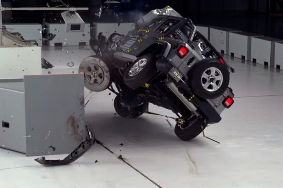 el-jeep-wrangler-vuelca-en-prueba-de-choque-IIHS.jpg